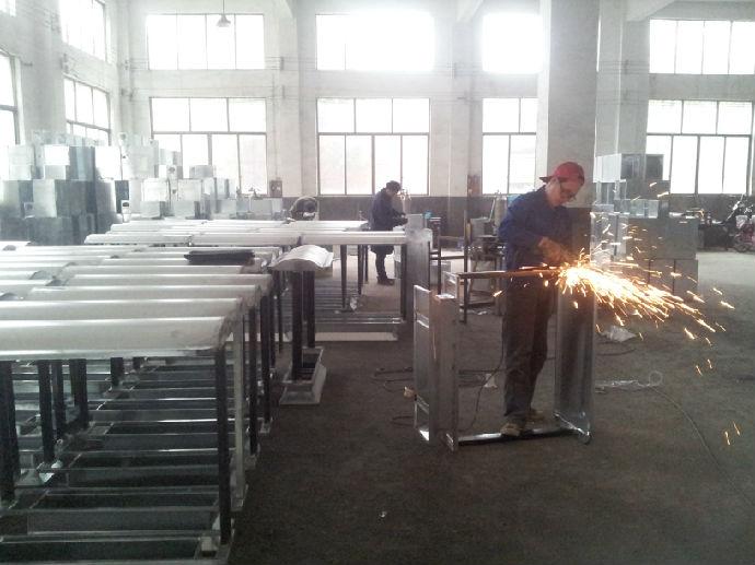 工厂实景,工人正辛苦忙碌着生产