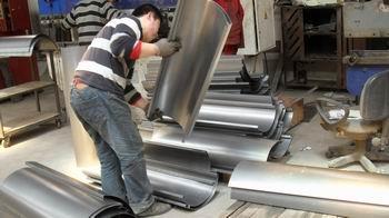工人正忙着千赢国际登录生产下料